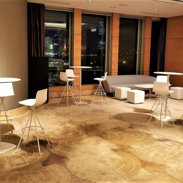イロコデザインでレンタルできるホワイトハイテーブル