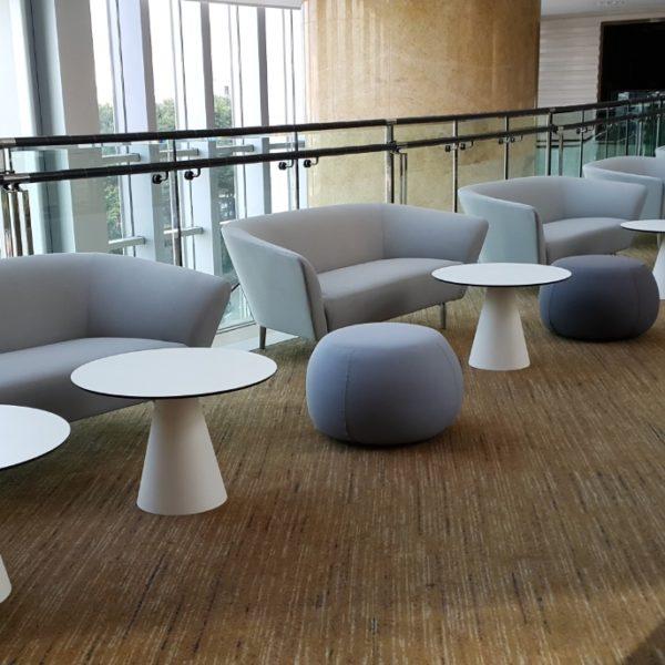 イロコデザインでレンタルできる座り心地の良いソファやプーフ