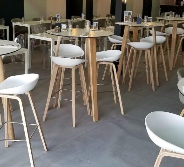 イロコデザインでレンタルできる白いハイステーブル